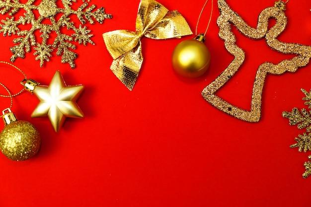 クリスマスの赤い背景の金の装飾新年