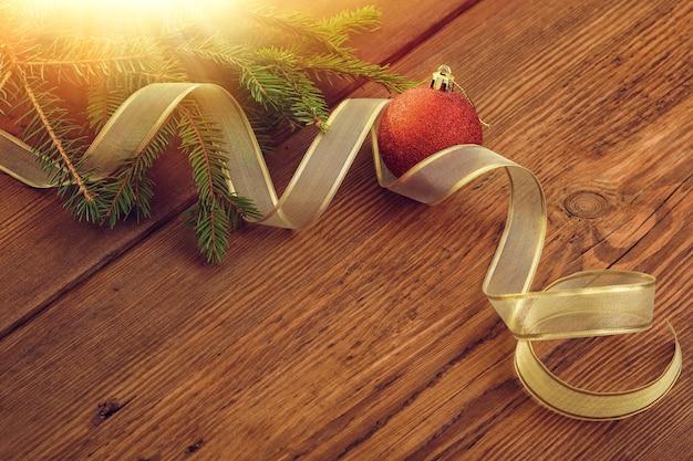 모피 나무 가지 나무 배경 복사 공간 가운데 크리스마스 빨간 공과 황금 리본