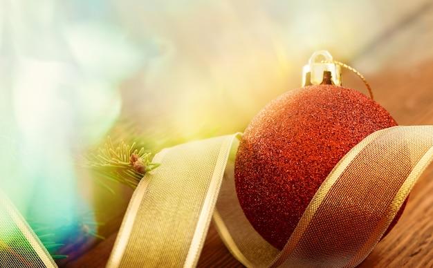 크리스마스 빨간 공과 황금 리본 크리스마스 불빛 복사 공간