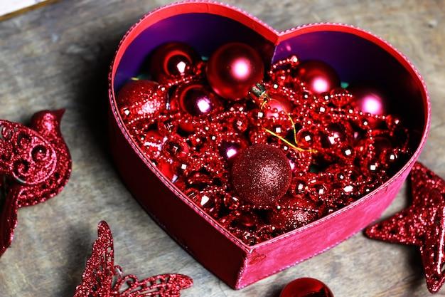 상자 모양 심장에 크리스마스 빨간 공