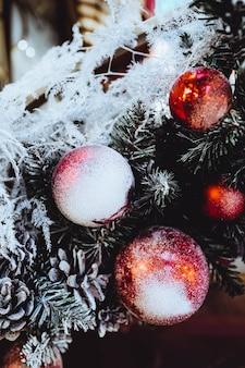 눈으로 덮여 빨간색 크리스마스 볼