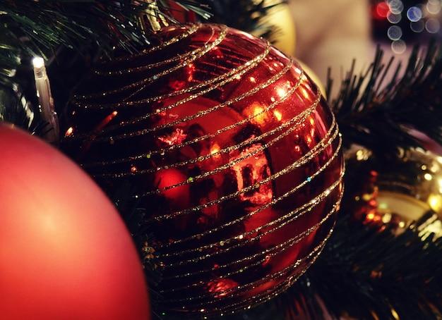 전나무 가지, 근접 촬영에 빨간 크리스마스 공
