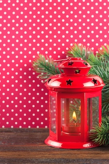 빨간 땡 땡이 배경에 크리스마스 빨간 촛불 랜 턴과 크리스마스 트리.