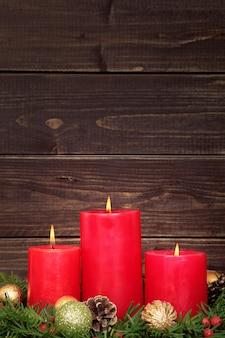 Рождественские свечи с деревянным фона