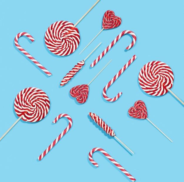 Рождественские красные леденцы и узор леденцов на синем фоне