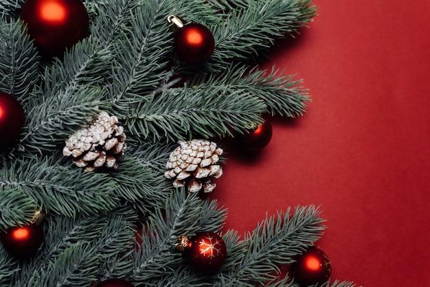 Рождественские красные украшения и еловые ветки