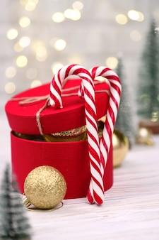 Рождественское красное украшение подарочной коробки с леденцами