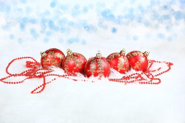 クリスマス。飾り付きの赤いガラス玉