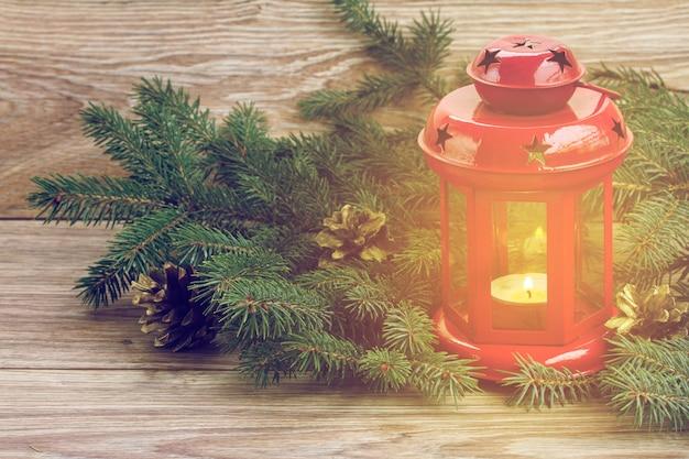 Рождественский красный светящийся фонарь с вечнозеленым деревом и шишками