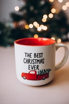 クリスマスの赤いマグカップ。新年。クリスマス