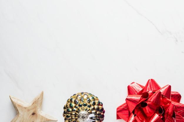 大理石の背景にクリスマスの赤いリボン