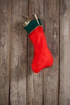 Рождество красный носок висит на веревке