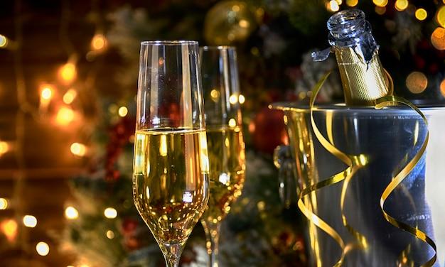Рождественский деревенский фон с шампанским