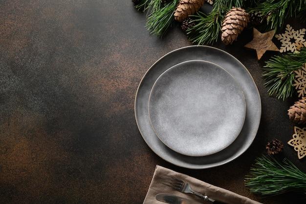 クリスマスの素朴なホームテーブルの設定