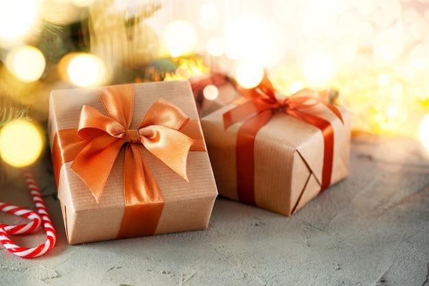 お祭りの背景にクリスマスの素朴なレトロなプレゼントボックス