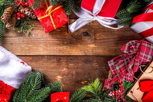 Рождественские продажи концепции. черная пятница, зеленый или киберпонедельник фон с ноутбуком, планшетом, рождественским декором и подарочными коробками,