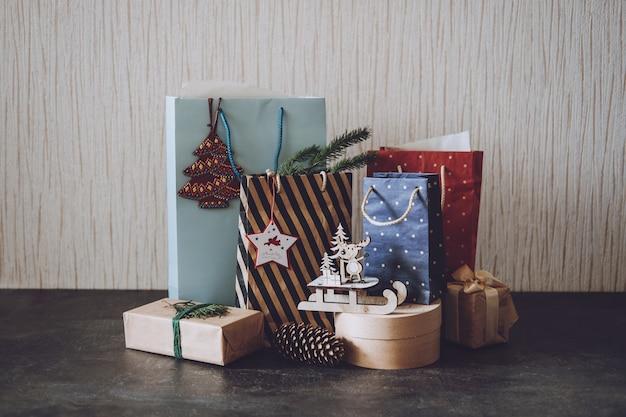 クリスマスセールクリスマスショッピング冬休みセールブラックフライデーたくさんの紙の買い物袋とギフト