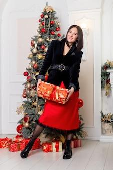 크리스마스 산타입니다. 아름 다운 웃는 여자 모델입니다.
