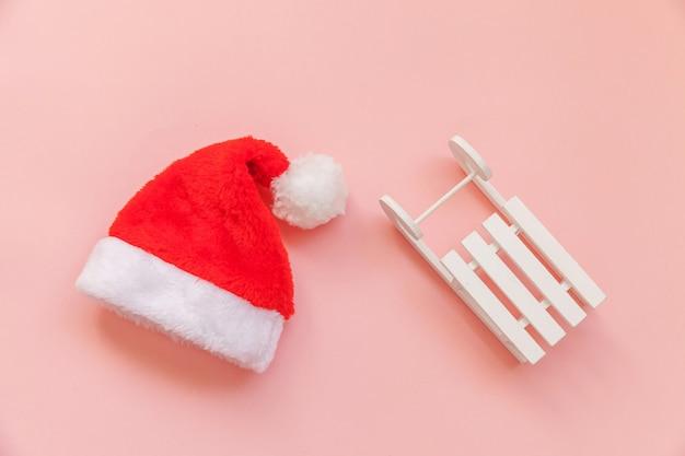 Рождественские сани санта-клауса, изолированные на розовых пастельных красочных модных фоне