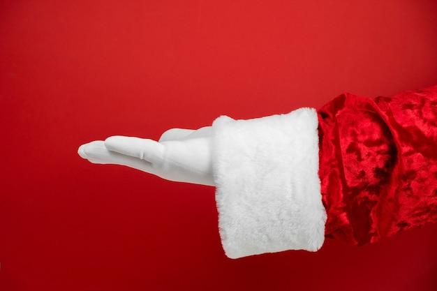 크리스마스 산타 클로스 텍스트 손바닥에 빈 복사본 공간을 보여주는.