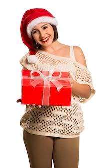 Рождество санта шляпа изолировала женский портрет владением рождественский подарок. улыбающаяся счастливая женщина
