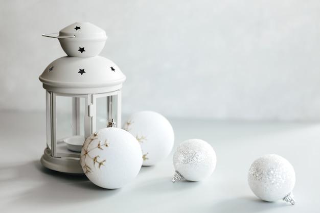 크리스마스 장면. 휴일 인사말 카드 디자인. 촛불 배경. 흰색 바탕에 새 해 2021 개념입니다.