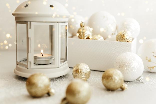 クリスマスシーン。ホリデーグリーティングカードのデザイン。キャンドルの背景。白い背景の上の新年2021コンセプト。