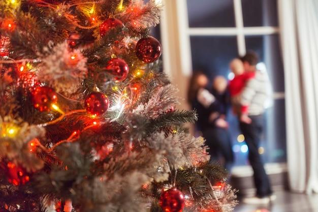 Рождественская сцена со счастливой семьей из четырех елочных подарков и окна