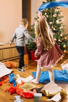 Рождественская сцена с маленькими детьми