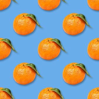 Рождественский фон из спелых мандаринов, изолированные на синем