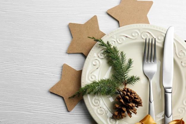 밝은 나무 테이블 위에 접시에 크리스마스 서빙 칼 붙이, 클로즈업