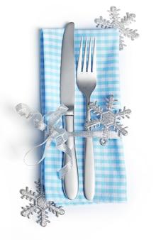 흰색으로 격리된 냅킨이 있는 크리스마스 서빙 칼붙이