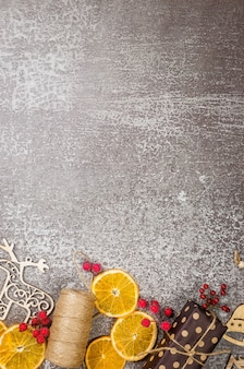 クラフト紙に包まれたギフト、クリスマスツリー用の木のおもちゃ、ドライオレンジがセットになったクリスマス
