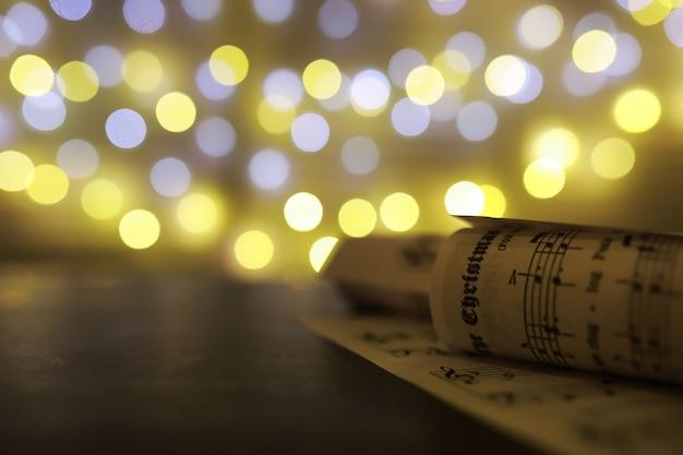 Рождественские ноты. рождественские украшения на нотных листах, крупным планом