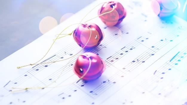 크리스마스 악보. 음악 시트에 크리스마스 장식, 근접 촬영