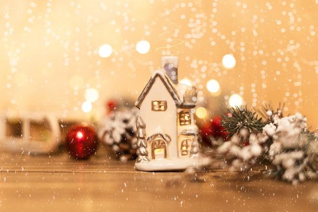 Рождественский блестящий дом и красные шары на блеске с фоном снежинок рождественская открытка