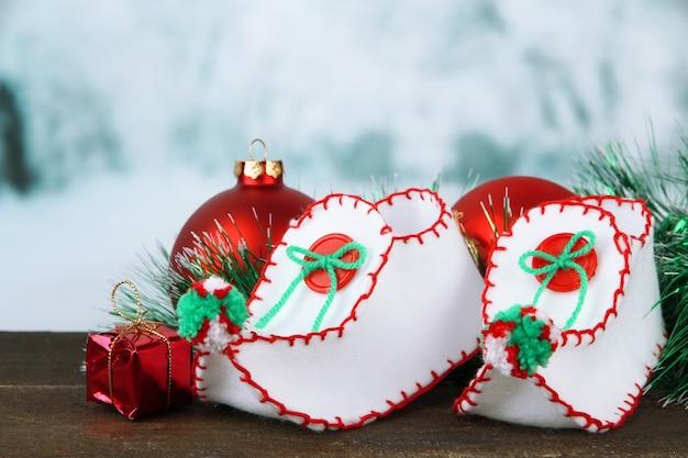 밝은 배경에 테이블에 장식이 있는 크리스마스 신발