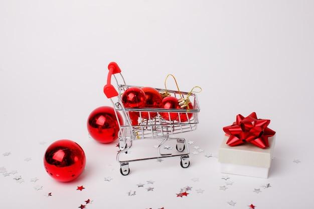 Рождественская корзина для супермаркета с подарком