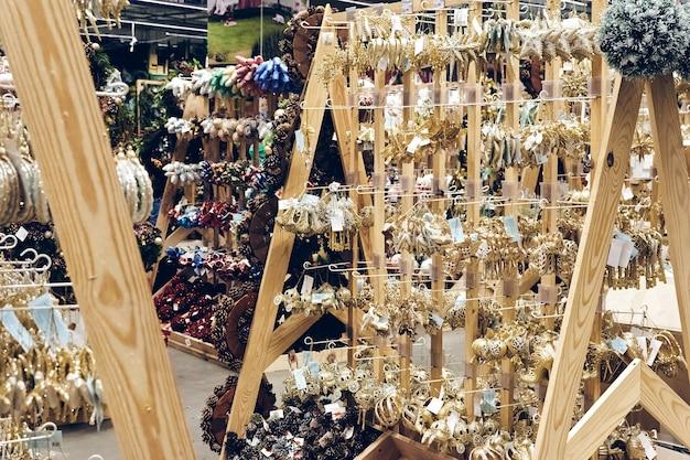 Рождественские покупки во время пандемии. в магазинах продаются праздничные украшения, игрушки из пузырей и мишура. рождественский базар праздничное настроение