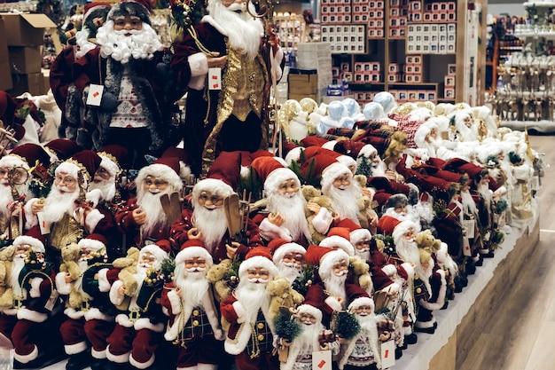 전염병 동안 크리스마스 쇼핑. 판매 휴일 장식, 거품 장난감 및 반짝이를 저장합니다. 크리스마스 시장 축제 분위기