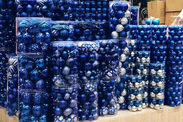 전염병 동안 크리스마스 쇼핑. 판매 휴일 장식, 거품 장난감 상자를 저장합니다. 크리스마스 시장 축제 분위기