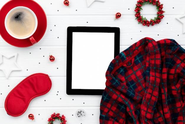 Рождественские покупки распродажа макет с халатом, кофе и украшениями на деревянном фоне. шаблон плоской планировки с видом сверху для поздравительного приглашения