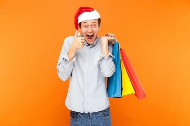 Рождественские покупки палец вверх и зубастая улыбка