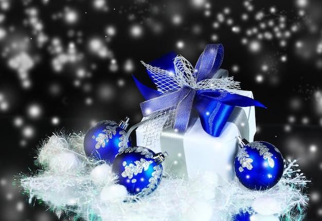 Рождественские покупки с праздничными украшениями на ночном фоне