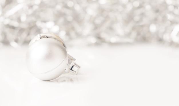 Рождественские серебряные шары с боке