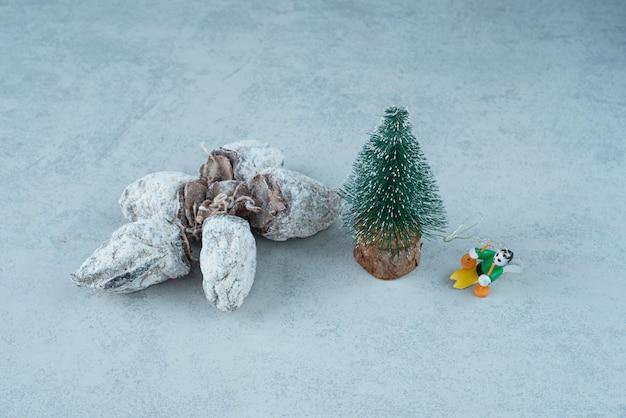 大理石の背景に健康的なドライフルーツとクリスマスの小さな木。高品質の写真
