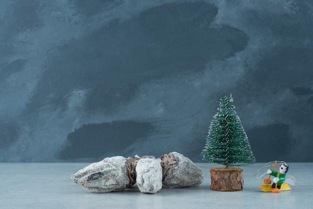 대리석 바탕에 건강 한 말린 과일과 크리스마스 작은 나무. 고품질 사진
