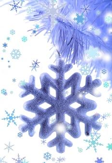真っ白なクリスマスツリーのクローズアップに分離された白雪姫のクリスマススノーフレーク