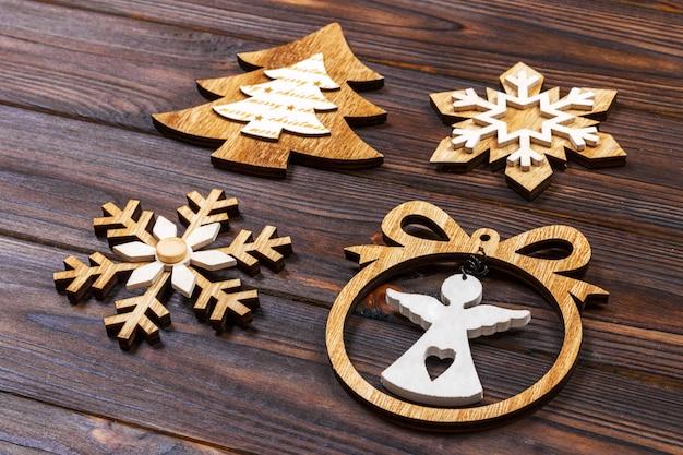 Новогодние снежинки, новогодняя елка и ангелочек в рамке на деревянном, новогодние деревянные украшения