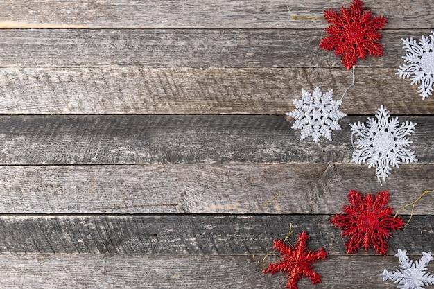 木製の背景にクリスマスの雪。上面図